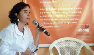 Alessandra Nilo, diretora da Abong-PE, destacou a importância da criação de leis e diretrizes que regulamentem as OSC