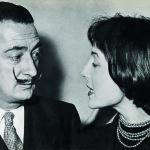 Salvador Dali e Marianne Peretti na abertura da primeira exposição da artista. Foto - Acervo da artista