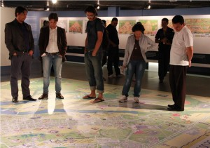 Visitantes da exposição Brasília Através dos Tempos